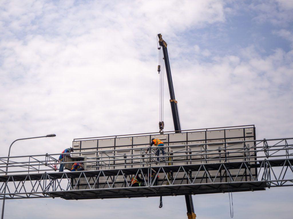 Zastosowanie podnośników przy konserwacji reklam i billboardów